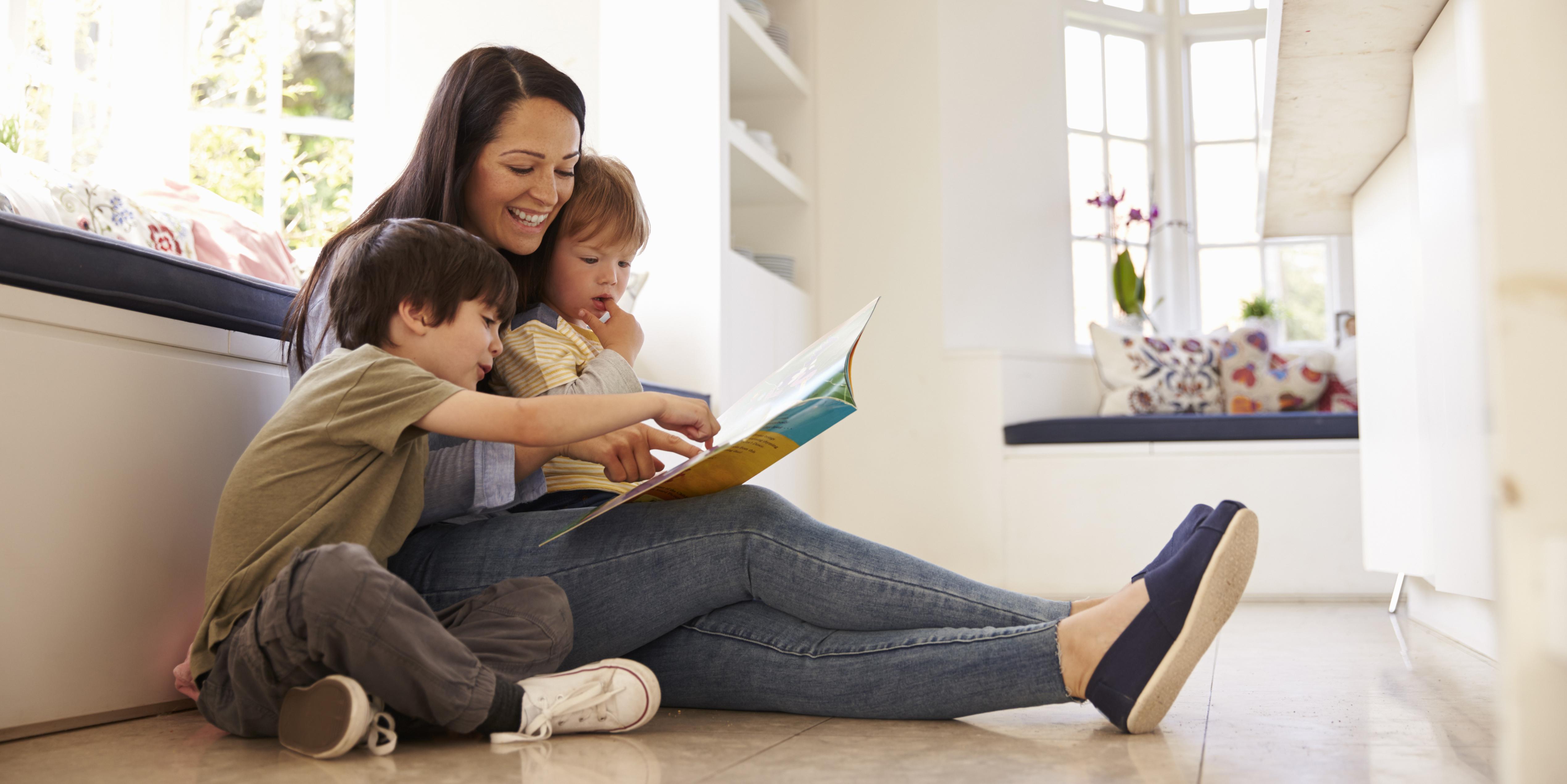 niños leyendo cuentos con su madre