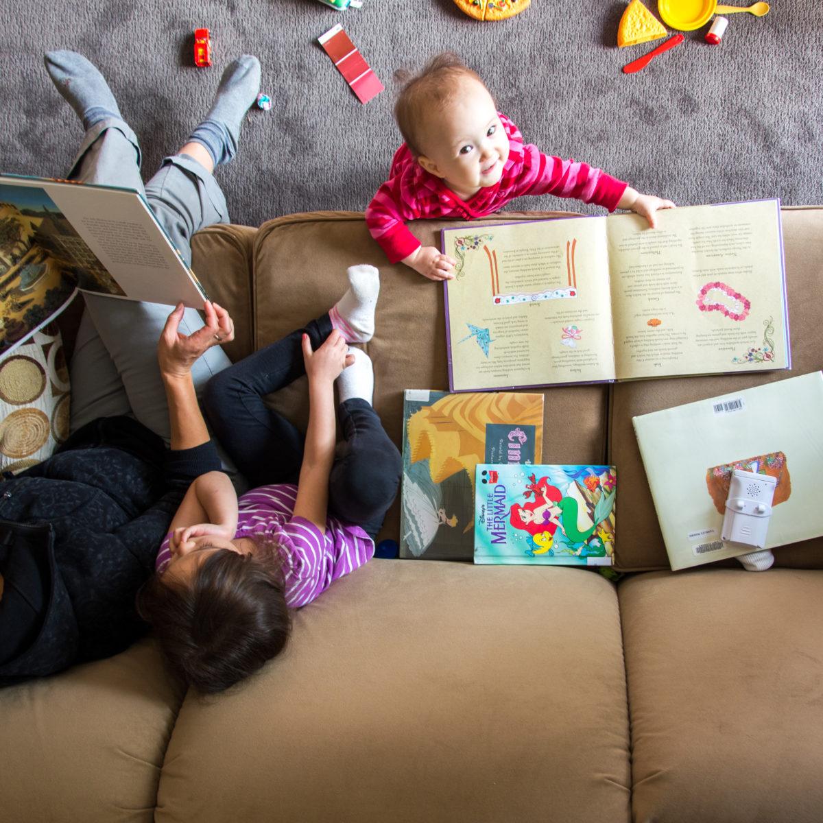 familia leyendo cuentos en casa